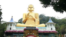 DAMBULLA, SRI LANKA - FEBRUAR 2014: Spurhaltung des Schusses des Eingangs vom goldenen Tempel von Dambulla, eine Welterbestätte i stock video footage