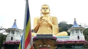 DAMBULLA, SRI LANKA - FEBRUAR 2014: Spurhaltung des Schusses des Eingangs vom goldenen Tempel von Dambulla, eine Welterbestätte i stock video