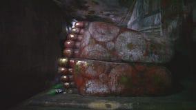 DAMBULLA, SRI LANKA - FEBRUAR 2014: Spurhaltung des Schusses von eines schlafenden Buddhas Füßen am goldenen Tempel von Dambulla, stock video