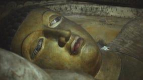 DAMBULLA, SRI LANKA - FEBRUAR 2014: Spurhaltung des Schusses von schlafendem Buddha am goldenen Tempel von Dambulla, eine Welterb stock footage