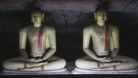 DAMBULLA, SRI LANKA - FEBRUAR 2014: Zwei sitzendes Buddhas am goldenen Tempel von Dambulla Der goldene Tempel von Dambulla ist ei stock video footage