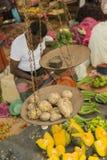 DAMBULLA, SRI LANKA - 5 JANVIER 2014 : Homme vendant des légumes sur le marché local Images stock