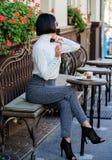 Dame à la mode de fille avec le smartphone Temps et loisirs agréables Détendez et pause-café Heureux de vous entendre Femme photos stock