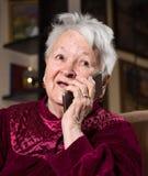 Dame âgée à l'aide du téléphone intelligent Photo libre de droits