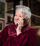 Dame âgée à l'aide du téléphone intelligent Images stock