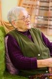 Dame âgée à la maison Image libre de droits