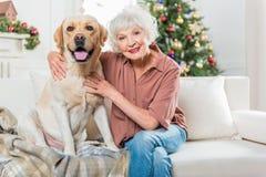 Dame âgée élégante positive avec son animal familier Photos stock