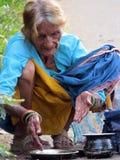 Dame âgée affamée image stock