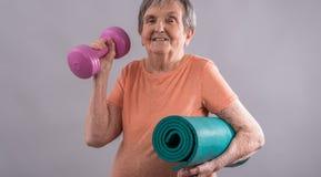 Dame âgée allant chercher la forme physique photographie stock libre de droits