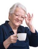 Dame âgée appréciant la tasse de café ou de thé Image stock