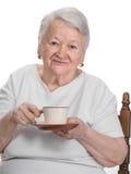 Dame âgée appréciant la tasse de café ou de thé Photo stock