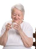 Dame âgée appréciant la tasse de café ou de thé Photo libre de droits