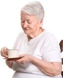 Dame âgée appréciant la tasse de café ou de thé Photos libres de droits