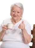 Dame âgée appréciant la tasse de café ou de thé Photographie stock