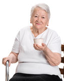 Dame âgée appréciant la tasse de café ou de thé Photos stock