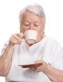 Dame âgée appréciant la tasse de café ou de thé Images stock