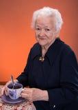Dame âgée appréciant la tasse de thé de c Photos stock