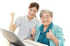 Dame âgée apprécie l'ordinateur portable Photographie stock