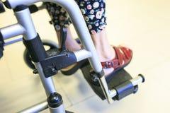 Dame âgée attendant dans l'hôpital dans son fauteuil roulant Photographie stock libre de droits