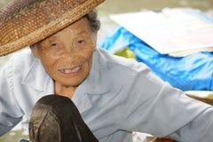 Dame âgée au marché de flottement, Damnoen Saduak, Thaïlande Photographie stock