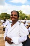 Dame âgée aux pèlerins dans Anuradhapura, Sri Lanka Photo libre de droits