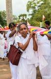 Dame âgée aux pèlerins dans Anuradhapura, Sri Lanka Images stock