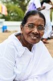 Dame âgée aux pèlerins dans Anuradhapura, Sri Lanka Photographie stock libre de droits