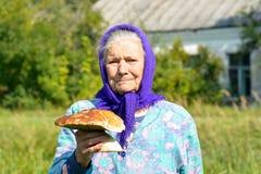 Dame âgée avec des champignons dans des ses mains La grand-mère recueille des champignons dans le village Photo stock