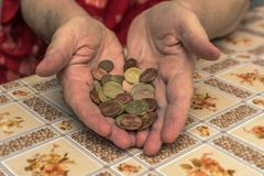 dame âgée avec des problèmes financiers images stock