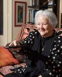 Dame âgée avec disponible à télécommande Photos stock