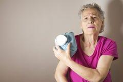 Dame âgée avec douleur d'épaule et de bras Image stock