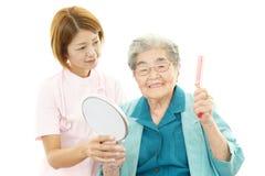 Dame âgée avec l'infirmière Photo stock