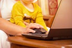 Dame âgée avec l'ordinateur portable Grand-mère supérieure à l'intérieur avec le carnet Web surfant et faisant des emplettes sur  Image libre de droits