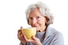 Dame âgée avec la cuvette de café Image libre de droits