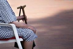 Dame âgée avec le bâton photos libres de droits