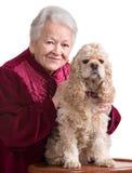 Dame âgée avec le cocker américain Image stock