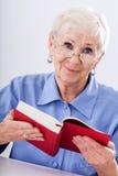 Dame âgée avec le livre Photographie stock libre de droits