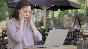 Dame âgée avec le mal de tête utilisant l'ordinateur portable, se reposer extérieur banque de vidéos