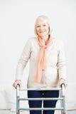 Dame âgée avec le marcheur à la maison Photographie stock