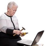 Dame âgée avec tenir le marteau et les pinces Images libres de droits