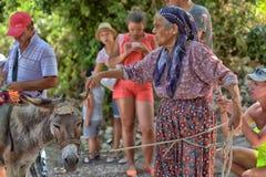 Dame âgée avec un âne Photos libres de droits