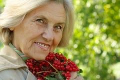 Dame âgée avec une montagne Image stock