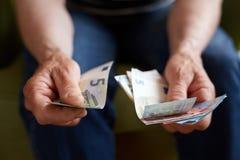 Dame âgée comptant l'argent Photo libre de droits