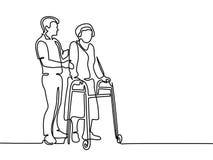 Dame âgée d'aide de jeune homme employant un cadre de marche Images stock