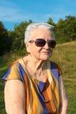 Dame âgée dans des lunettes de soleil Photographie stock libre de droits