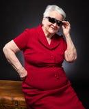 Dame âgée dans des lunettes de soleil Images libres de droits