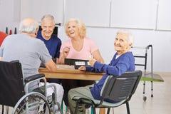 Dame âgée dans jouer de maison de repos photo stock
