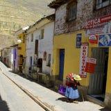 Dame âgée dans la rue du village péruvien Images libres de droits