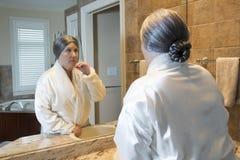 Dame âgée dans la salle de bains image stock