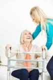 Dame âgée de aide de travailleur social se levant Photos stock